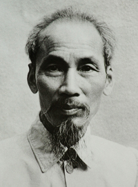 Ho Chi Minh, l'any 1946. Autor Desconegut - This file has been extracted from another file : Ho Chi Minh 1946 and signature.jpg, Domini públic, https://commons.wikimedia.org/w/index.php?curid=25126454